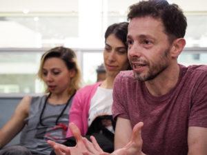"""Pablo Rotemberg, em entrevista com as bailarinas do espetáculo """"La Wagner"""""""